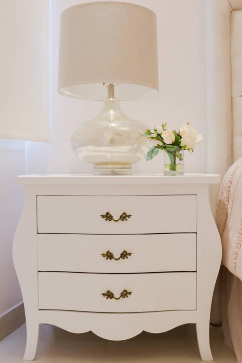 Mesa de noche: Dormitorios de estilo  por Monica Saravia
