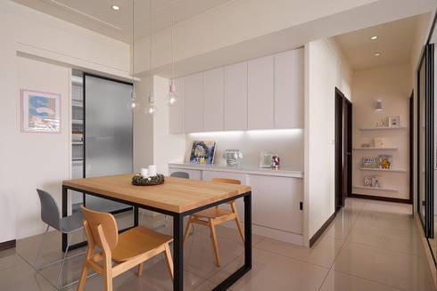 餐廳與過道:  餐廳 by 趙玲室內設計