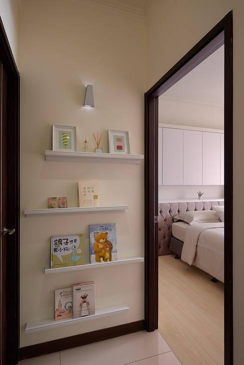 Corridor & hallway by 趙玲室內設計