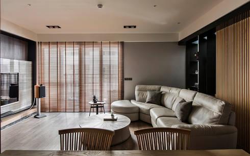 層峰匯:  客廳 by 齊家。空間設計