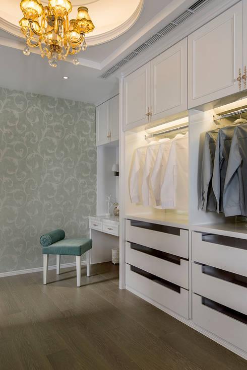 Vestidores y closets de estilo  por 齊家。空間設計