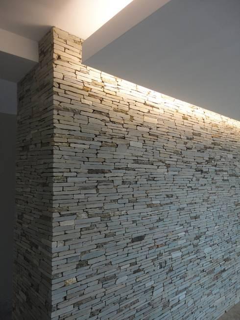 Salón principal: Salas / recibidores de estilo  por MARATEA Estudio