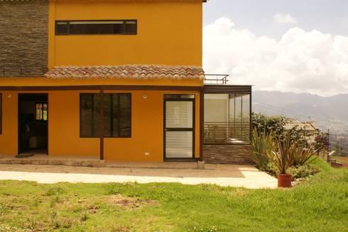 Casa Suesca:  de estilo  por Daniel Castro Industrial + Interior design