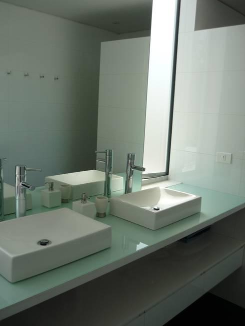 Casa Infanti: Baños de estilo  por Claudia Tidy Arquitectura
