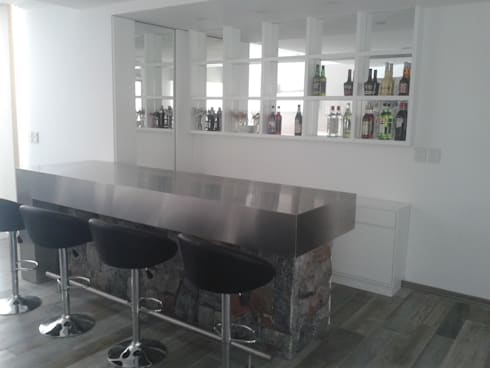 cocina moderna minimalista realizada en laca negra brillante laca blanca semimate y mesadas y