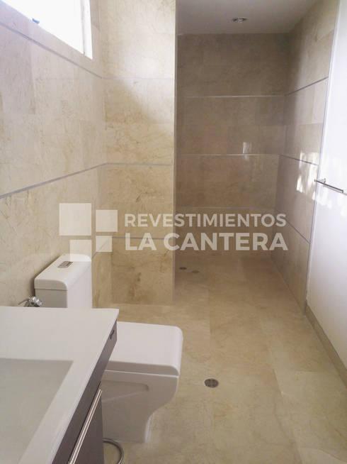 Pisos de Mármol Crema Marfil: Baños de estilo  por Revestimientos La Cantera c.a.