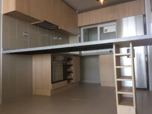 Cocina con el primer diseño ( original) :  de estilo  por N.Muebles Diseños Limitada