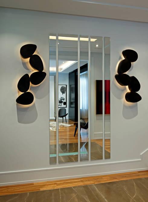 Hallway Art & Lighting:  Corridor & hallway by Douglas Design Studio