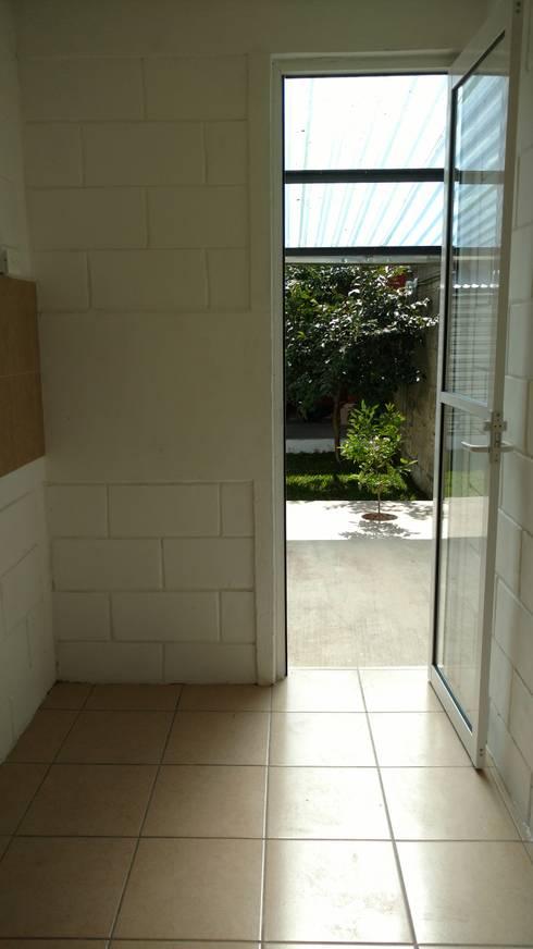 Re-habilitación Casa Constituyentes: Cocinas de estilo minimalista por Urbe. Taller de Arquitectura y Construcción