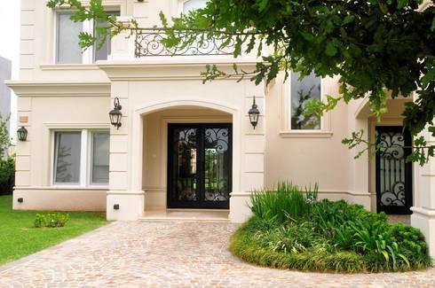 Puerta de entrada: Casas de estilo clásico por Del Hierro Design