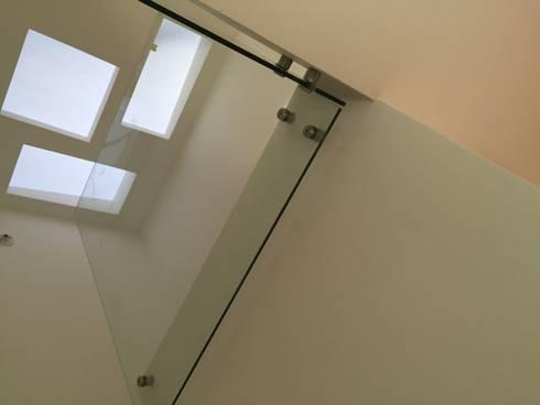 detalle escalera: Pasillos y vestíbulos de estilo  por Ecka, Diseño & Construccion