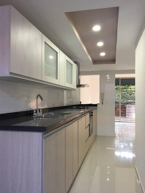 interior vivienda B&N: Cocinas de estilo moderno por Ecka, Diseño & Construccion