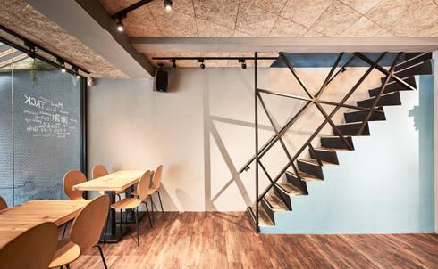 兩層樓連接的橋樑。:  餐廳 by 有偶設計 YOO Design