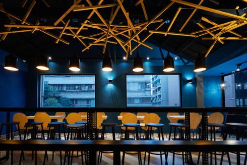 白天與黑夜透出迥然不同的氛圍。:  餐廳 by 有偶設計 YOO Design