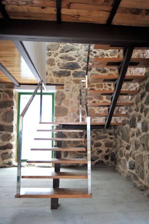 Pasillos y vestíbulos de estilo  por Anxo Sánchez, arquitecto