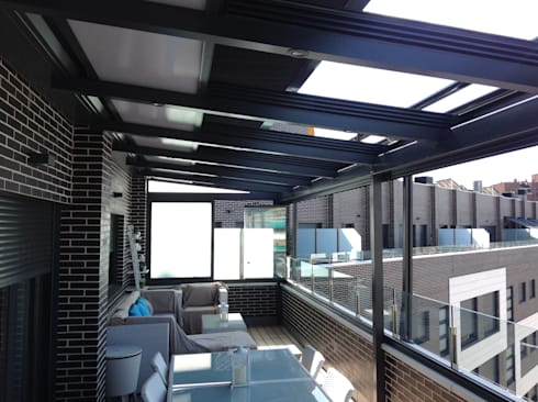 Ático: Casas de estilo moderno de Beldaglass - The In & Out experience
