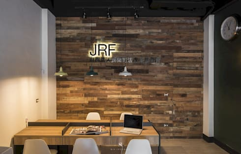 民間司法改革基金會台中辦公室|JRF, Taichung LO:  牆壁與地板 by 理絲室內設計有限公司 Ris Interior Design Co., Ltd.