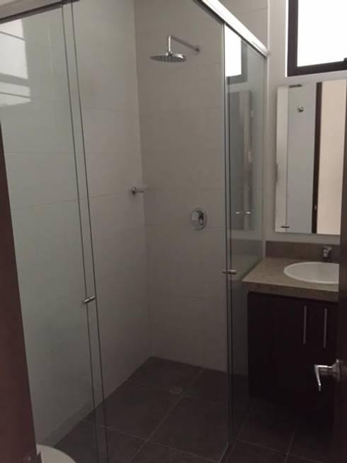Baño nuevo: Baños de estilo moderno por CONSTRUCCIONES 2AM S.A.S.