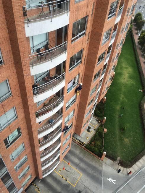 Emboquillada de Ventanas: Casas de estilo clásico por CONSTRUCCIONES 2AM S.A.S.