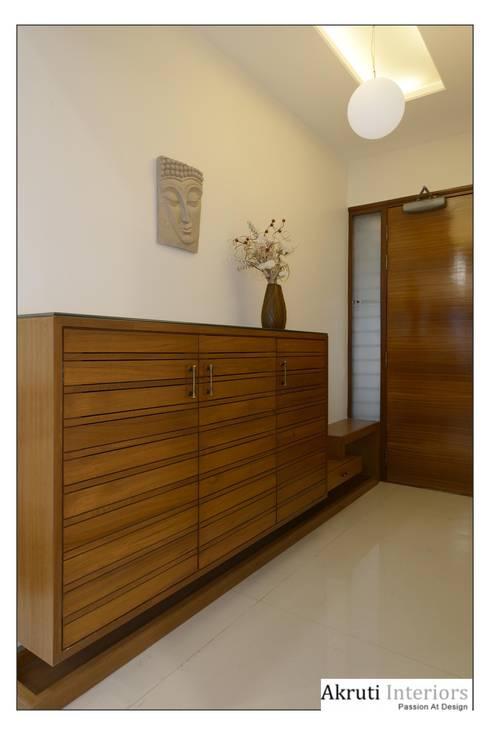 Entrance Lobby:  Corridor, hallway & stairs  by Akruti Interiors Pune