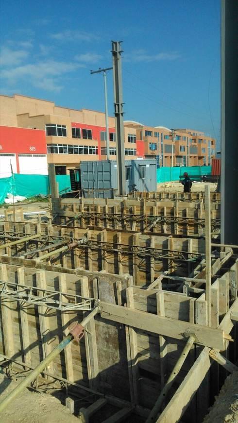 Cimentación: Bodegas de estilo industrial por CONSTRUCCIONES 2AM S.A.S.