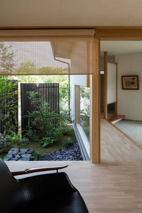 ある画家のアトリエ: 乗松得博設計事務所が手掛けた庭です。