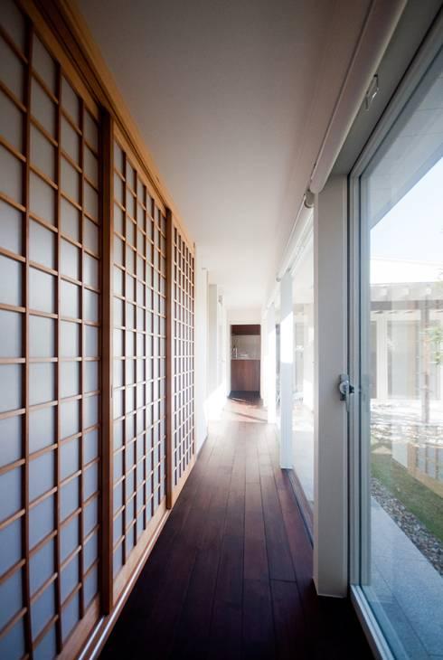 リビングと寝室をつなげる廊下: FrameWork設計事務所が手掛けた廊下 & 玄関です。