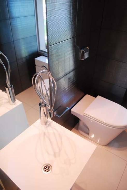 BAÑOS: Baños de estilo moderno por ARKIZA