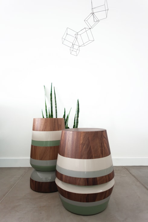 CAPIRUCHO STOOL & SIDE TABLE: modern Living room by LABRICA