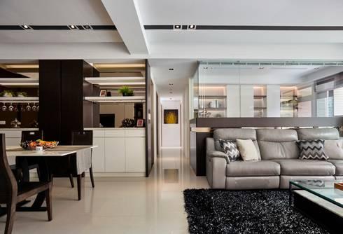 Smiley Manor:  客廳 by 築一國際室內裝修有限公司
