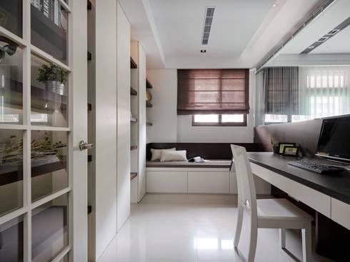 Smiley Manor:  書房/辦公室 by 築一國際室內裝修有限公司
