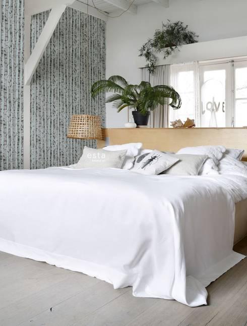 vliesbehang berken boomstammen licht pastel mint groen en warm grijs:  Muren & vloeren door ESTAhome.nl
