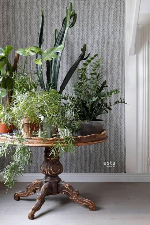 krijtverf eco texture vliesbehang geweven riet wicker vergrijsd warm grijs:  Muren & vloeren door ESTAhome.nl