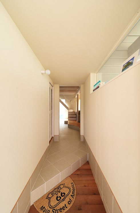 Pasillos y hall de entrada de estilo  por 加藤淳一級建築士事務所