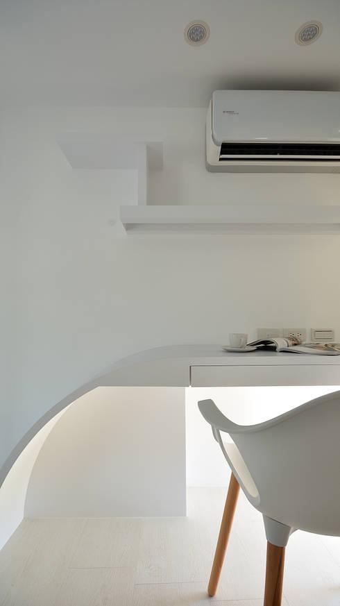 小坪數大空間之16坪純淨簡約溫馨宅:  臥室 by 瓦悅設計有限公司