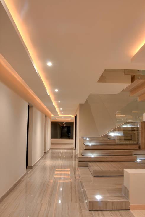 Escalera decorativa: Pasillos y recibidores de estilo  por Lazza Arquitectos
