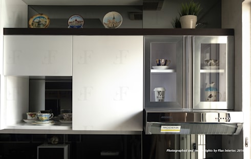 Multifunctional Modern Kitchen for Royal Mediterania Garden Residences Apartment: modern Kitchen by Flux Interior
