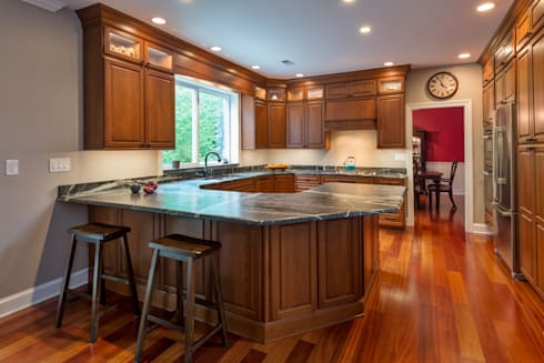 Bishop Medium Cherry Raised Panel Kitchen: classic Kitchen by Main Line Kitchen Design