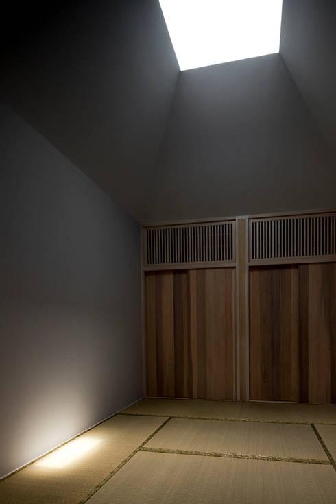 Orandajima House: modern Nursery/kid's room by van der Architects