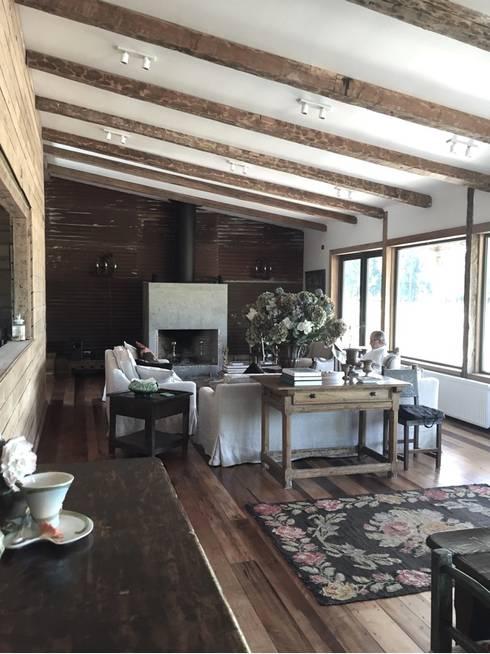 Casa Las Delicias: Livings de estilo  por RENOarq