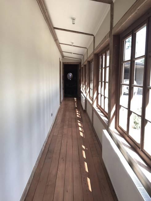 Casa Las Delicias: Pasillos y hall de entrada de estilo  por RENOarq