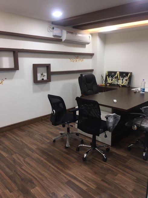 Office Space Interior Design:  Offices & stores by Scale Inch Pvt. Ltd.