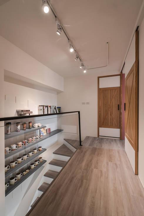 樓梯廊道:  走廊 & 玄關 by 存果空間設計有限公司