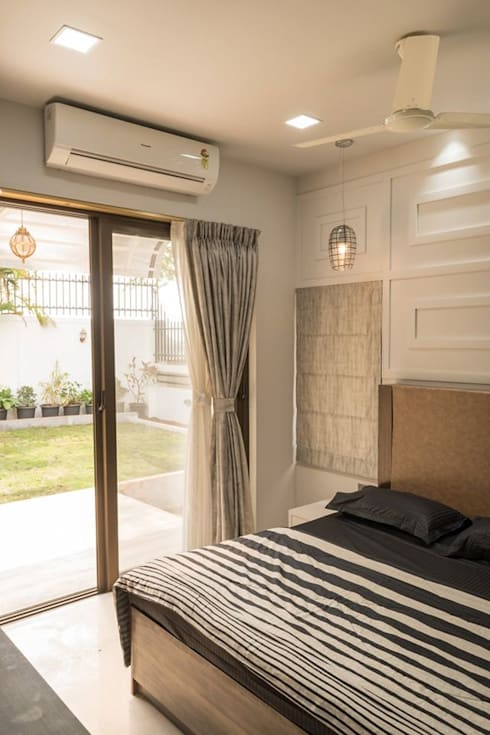 Rishi Villa - Pune:  Bedroom by Aesthetica