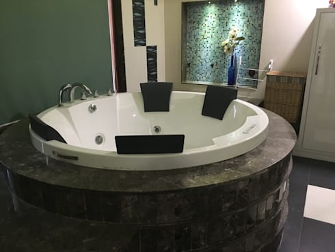 Circular Bathtub being placed accordingly: modern Bathroom by SA Architects