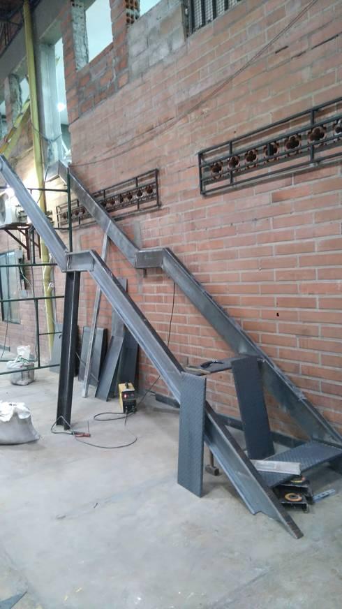 Escalera metalica: Oficinas y Tiendas de estilo  por Construcciones y Diseños en Arquitectura Aron SAS