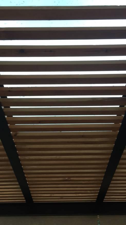 Celosia de Madera:  Patios & Decks by Hall Arquitectos