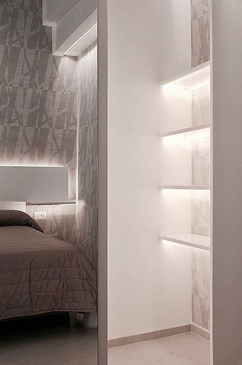 dettaglio armadio in metallo: Hotel in stile  di nicola castellano | designer