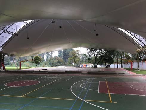 MEMBRANA ARQUITECTONICA – Colegio Alemán – Medellin: Gimnasios  de estilo  por Bocanumenth Arquitectura Textil