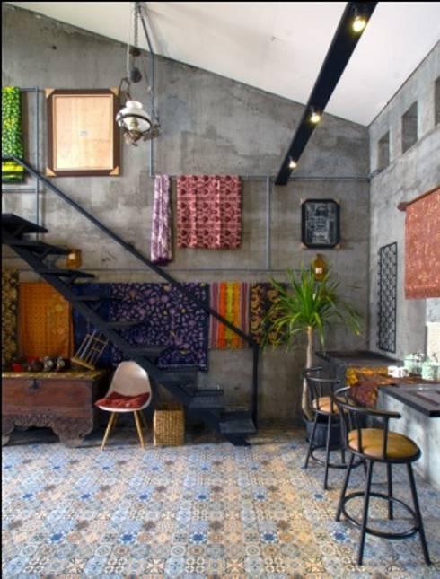 omah amoh:  Ruang Keluarga by Gursiji studio & galeri